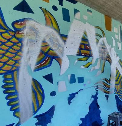 Von Glück reden kann, wer seine Wand schon zu Ende bringen konnte. In diesen Fällen war das Kunstwerk schon mit einem speziellen Sprühlack versehen, von dem sich Sprühfarbe einfach abwaschen lässt.