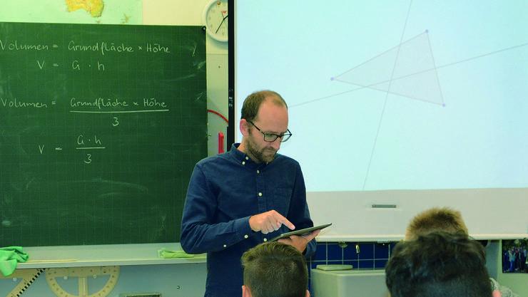 Im Schulhaus Freudenstein gehören Tablets im Unterricht von Sekundarschullehrer Martin Schmucki dazu.