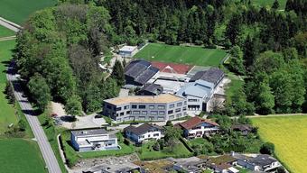 Die Schulanlage Falter in Oberwil-Lieli von oben. Der Gemeinderat übernimmt vorübergehend die Rolle der Schulpflege.