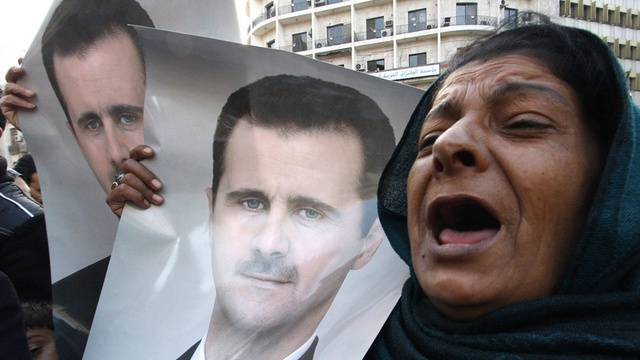 Eine Anhängerin des Assad-Regimes demonstriert in Damaskus (Archiv)