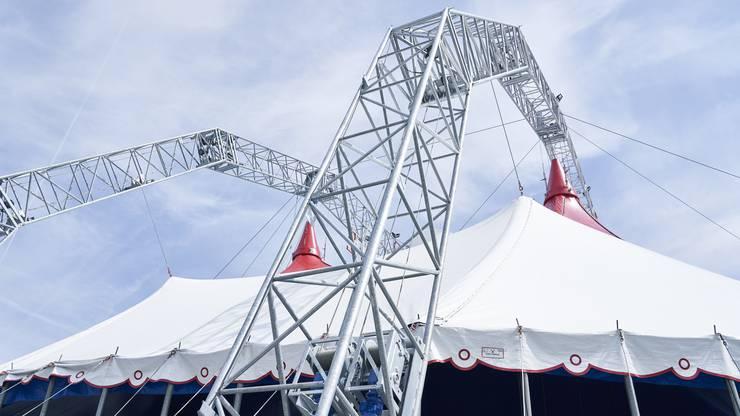 Die massive Konstruktion stabilisiert das neue Zirkuszelt.