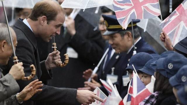 Prinz William, (2. v. l.) wird von Schülern in Tokyo begrüsst