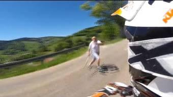 Das hätte ins Auge gehen können: Ein Motorradfahrer wird mitten auf einer Landstraße in Wieden von einem wütenden Mann mit einer Mistgabel angegriffen. Die Attacke wurde von der Helmkamera aufgenommen.