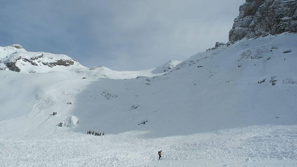 Eine Grosslawine ist am Samstagmittag auf dem Gebiet der Obwaldner Gemeinde Kerns niedergegangen. Befürchtungen, dass mehrere Schneesportler verschüttet worden sind, haben sich glücklicherweise nicht bewahrheitet.