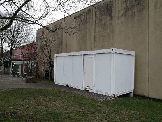 Der Container befindet sich auf der Stauseeseite des Schützenmatt-Schulhauses.