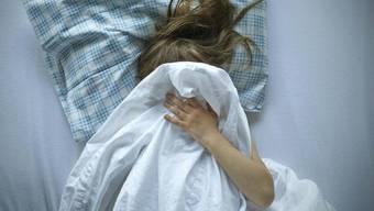 In einem neuen deutschlandweiten Missbrauchsfall hat die Polizei drei Kinder als Opfer identifiziert. Elf Tatverdächtige wurden festgenommen. (Symbolbild)