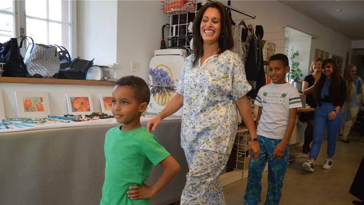 Die Marokkanerin Rabia präsentiert mit ihren Söhnen Eigenkreationen. zvg