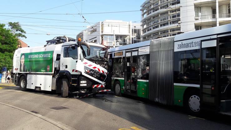 Ein Schienenreinigungs-Lastwagen krachte am Montagmorgen in ein BVB-Bus.