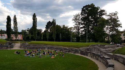 Yogis statt Römer im Windischer Amphitheater