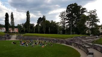 Yogis entspannen an der Sommersonnwende in römischem Ambiente.