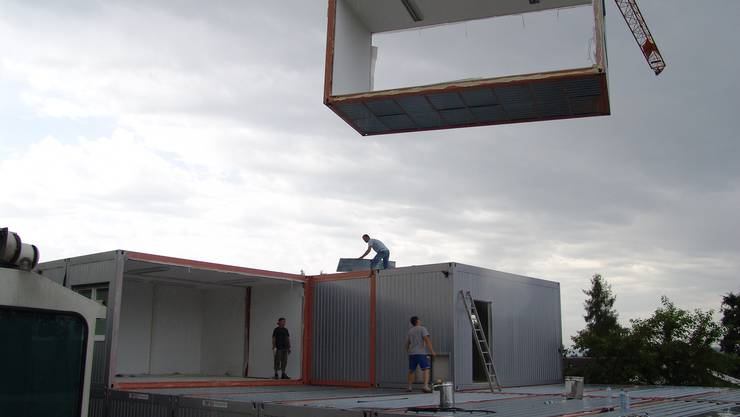 Das provisorische Schulhaus Mettlen wird aus 34 Elementen zu rund je 2,5 Tonnen zusammengesetzt.