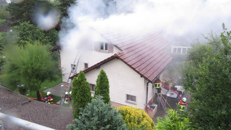 Nach Ausbruch eines Brandes in einem Einfamilienhaus rückten Feuerwehren und Kantonspolizei vor Ort aus.
