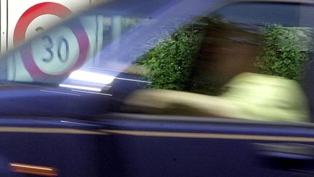 Autofahrer sind häufig abgelenkt (Symbolbild)