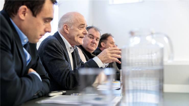 Schenkten klares Wasser ein (v. l.): Rainer Hug und Martin Würsten vom kantonalen Amt für Umwelt, sowie Roger Siegenthaler, Präsident des Einwohnergemeindeverbandes.