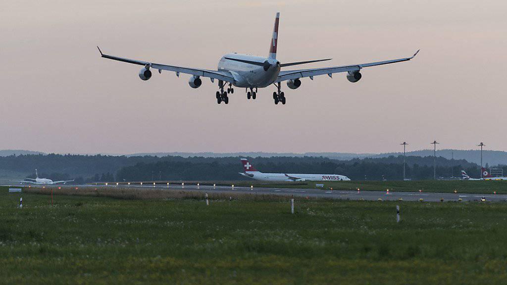 Dank günstigem Kerosin dürften die Gewinne der Fluggesellschaften dieses Jahr abheben, prognostiziert der Internationale Luftverkehrsverband (IATA). (Symbolbild)