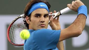 Roger Federer hat seinen Blick voll auf den Ball gerichtet.