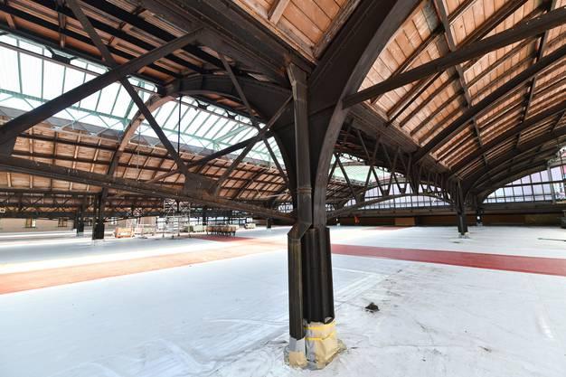 So gross wie ein Fussballfeld ist die Arbeitsbühne, von der aus die historischen Perronhallen im Bahnhof Basel SBB saniert werden.