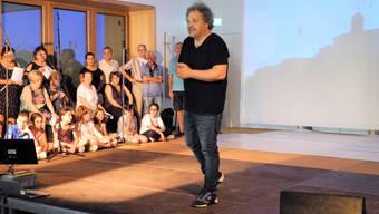 Der Musiker und Produzent Bruno Sonetto bei den Proben zu seinem neuen Musical «Wie ein Schmetterling im Wind» im Pfarreizentrum Schlieren.