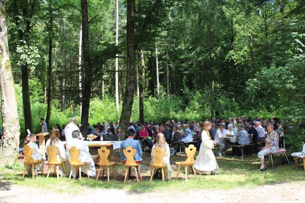 Festlicher Gottesdienst im Wald