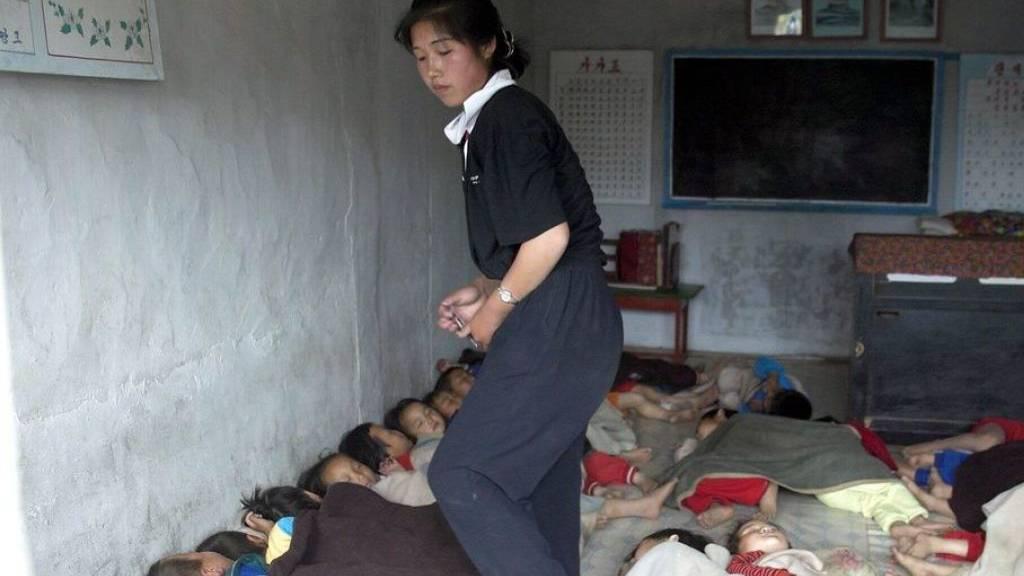 Unterernährte nordkoreanische Kinder in einem Hort. Mangels offiziellen Daten über die wirtschaftliche Situation der Bevölkerung haben Wiener Ökonomen die nächtlichen Lichtaktivitäten auf Satellitenbildern ausgewertet. Ergebnis: 60 Prozent der Nordkoreaner leben in absoluter Armut. (Archivbild)
