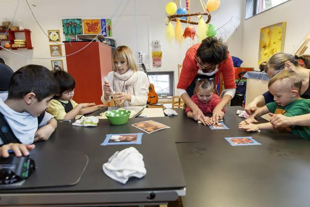 Francine Jordi backt mit den Kindern im Blumenhaus Buchegg