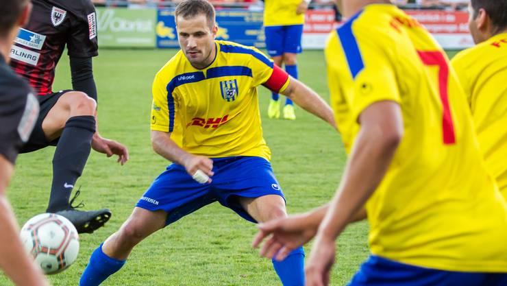 Hart umkämpft und wohlverdient: Der FC Frick hat sich erstmals für den Cupfinal qualifiziert. Im Bild: Captain Marco Boss im Zweikampf (archiv)