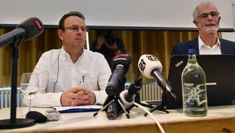 Markus Zangger, links, und der Journalist Hugo Stamm, rechts, an der gestrigen Medienkonferenz im Zürcher Volkshaus.