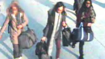 Die britische Regierung will der IS-Anhängerin Shamima Begum die Staatsbürgerschaft entziehen, damit sie nicht nach Grossbritannien zurückkehren kann. Auf dem Bild: Begum (r.) und ihre beiden Freundinnen bei der Ausreise nach Syrien.