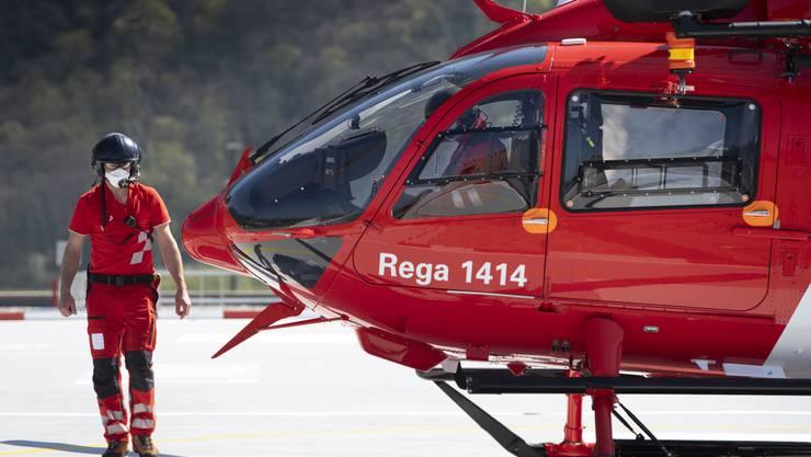 Bei der Rettung stand auch die Rega im Einsatz. Dennoch verstarb der Autofahrer noch am Unfallort. (Symbolbild)