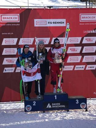 Alexandra Walz (Mitte) landete zeitgleich mit Janine Schmitt auf dem zweiten Platz. Die beiden hatten 24 Hundertstelsekunden Rückstand auf Siegerin Delia Durrer.