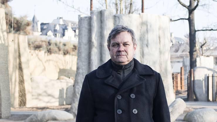 Rainer Zulauf in der neuen Elefantenanlage, die im März eröffnet wird. Hinter ihm steht ein Affenbrotbaum aus Beton.