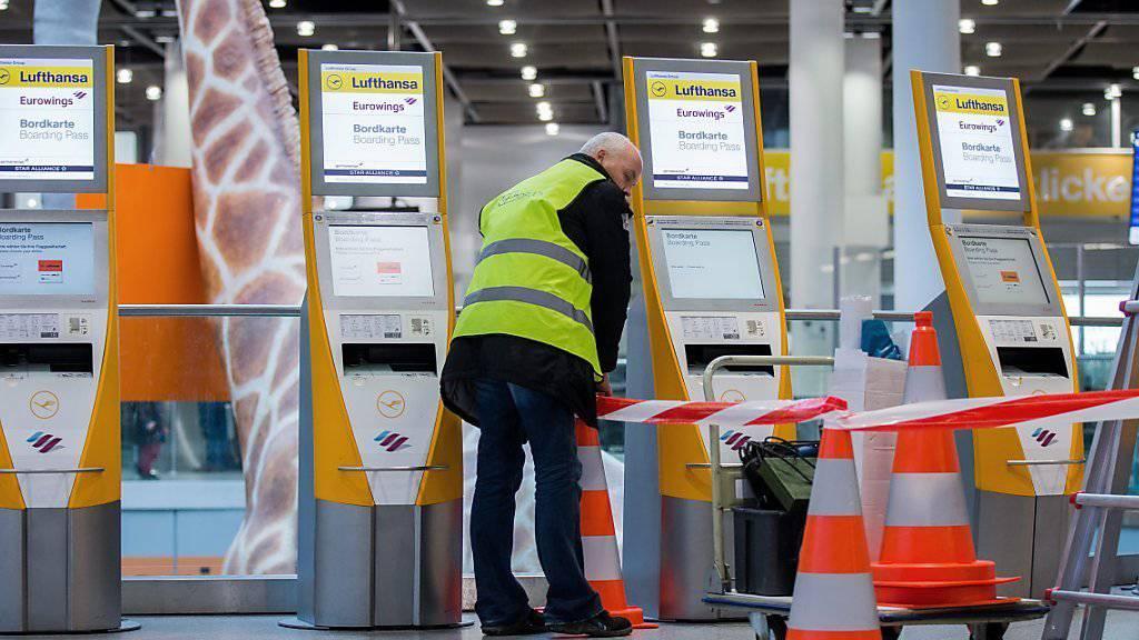 Die Flugbegleiter der Lufthansa können in München und Frankfurt weiterhin streiken. Dies entschied ein Gericht. 930 Lufthansa-Flüge wurden für Mittwoch gestrichen.