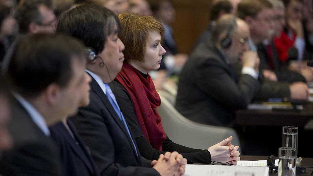 Im Vordergrund die ukrainische Delegation mit der stellvertretenden Aussenministerin Olena Zerkal (mit rotem Schal) im UNO-Gerichtshof in Den Haag, im Hintergrund die russische Delegation.