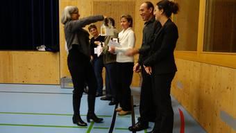 Vizeammann Maja Pfister dank den austretenden Gemeindemitarbeitern und Kommissionsmitgliedern für ihre Arbeit und überreicht ihnen ein kleines Präsent.