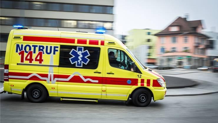 Rasch rückten Einsatzkräfte der Kantons- und Stadtpolizei sowie Ambulanzbestzungen aus. (Symbolbild)