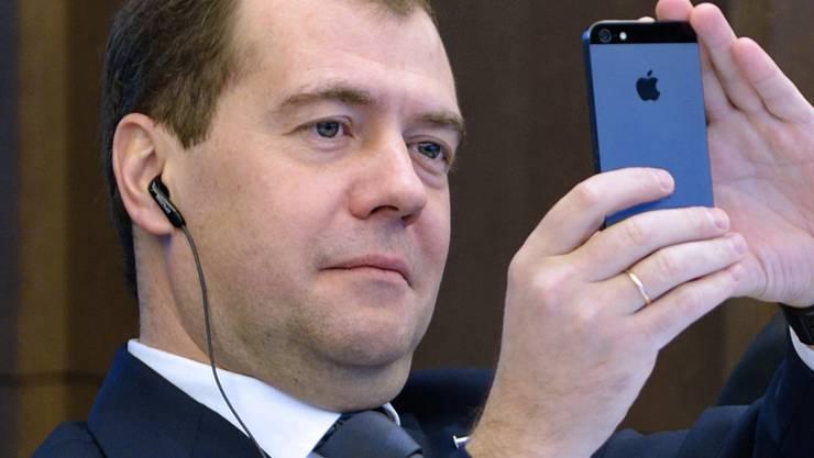 Der russische Ministerpräsident Dmitri Medwedew im Jahr 2012 mit seinem iPhone in Paris.Keystone