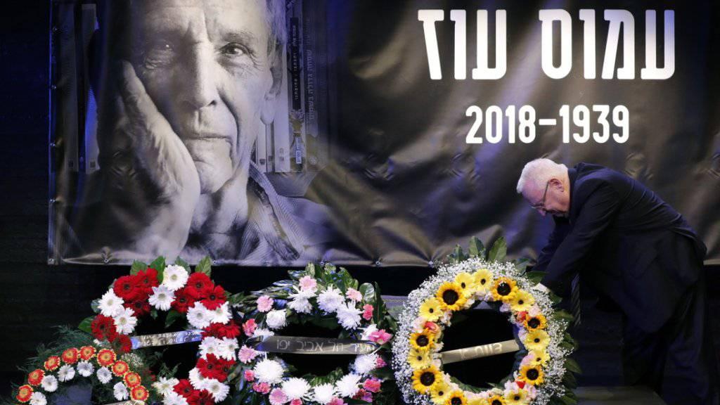 Abschied von «unserem geliebten Amos»: Israels Staatspräsident Reuven Rivlin am Sarg von Schriftsteller Amos Oz.