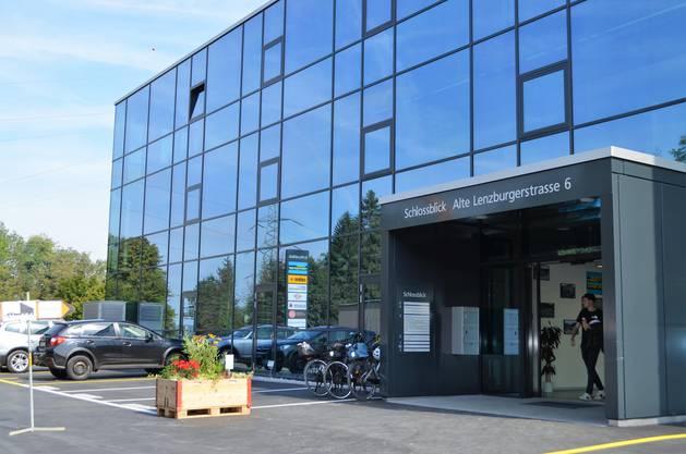 Die Hans Meyer AG in Birr weihte ihren neuen Gebäudekomplex «Schlossblick» mit einem Fest und einem Tag der offenen Türe für die Bevölkerung ein.Ein markanter Glasbau ist entstanden.