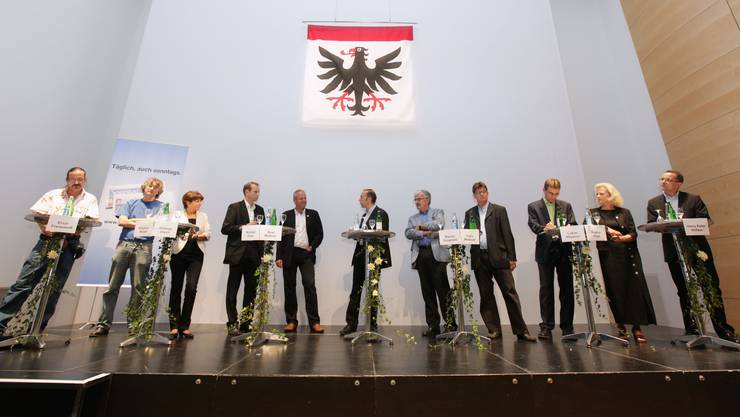 Die zehn Kandidierenden (von links) Erich Frensdorff («Wage es»), Stephan Müller (Jetzt!), Jolanda Urech (SP), Michael Ganz (Pro Aarau), Beat Blattner (SP), Moderator Thomas Röthlin (AZ),  Marcel Guignard (FDP), Carlo Mettauer (CVP), Lukas Pfisterer (FDP), Regina Jäggi (SVP) und Hans Peter Hilfiker (FDP). (Bild: Raphael Hünerfauth)