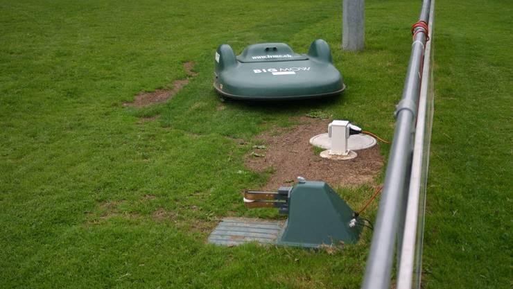 Der Rasenmäher-Roboter loggt sich, wenn sich der Akku dem Ende zuneigt, in die Ladestation ein.