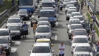 Aus Protest gegen die hohen Treibstoffpreise haben Tausende Autofahrer ihre Fahrzeuge abgestellt und so den Verkehr vorübergehend lahmgelegt.