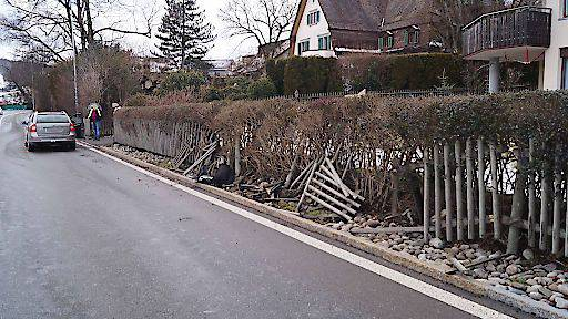Autofahrer rammt Holzzaun in Oberägeri ZG