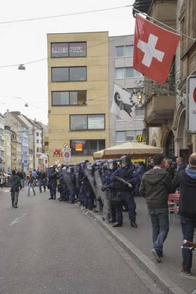 Die Polizisten warten in voller Montur auf die Fans.