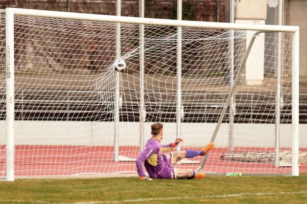 Biels Torhüter Nicolas Schittenhelm muss den Ball zum 0:3 passieren lassen