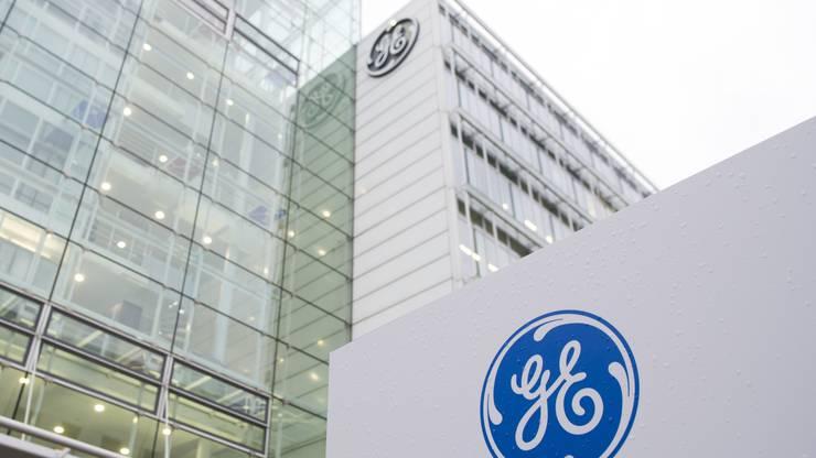In der Schweiz arbeiten rund 4500 Mitarbeiter für den US-amerikanischen Industriekonzern General Electric (GE). Die Sparpläne des neuen GE-Chefs John Flannery sollen kommende Woche enthüllt werden. Danach wird sich zeigen, was das für die Nordwestschweiz heisst. Intern wird mit einem Abbau von 1300 Stellen gerechnet.