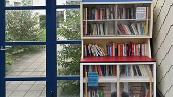 Im Bücherschrank sollen Bände für Alt und Jung zu finden sein. (Symbolbild)