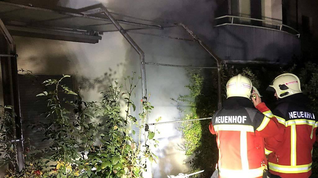 In einem Mehrfamilienhaus im aargauischen Neuenhof ist am Freitagabend ein Brand ausgebrochen. Die Feuerwehr musste das Haus evakuieren. Zwei Bewohner wurden zur Untersuchung ins Spital gebracht.