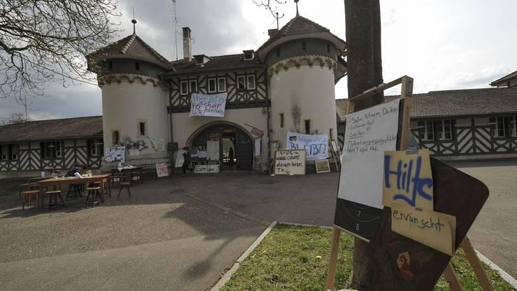 Transparente, Plakate und Schilder prägen das Bild des besetzten Schiessplatzes.