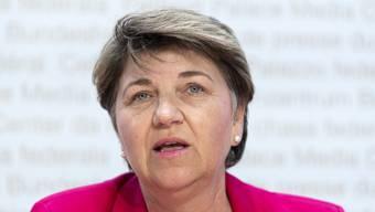 Bundesrätin Viola Amherd bändigt die beiden Streithähne Urs Näpflin, OK-Präsident des Lauberhornrennens, und Urs Lehmann, Präsident von Swiss Ski.