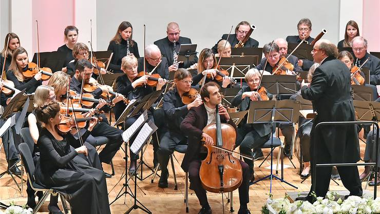 Das Stadtorchester Olten mit dem Solisten Christoph Croisé (Bildmitte vorne), der schon mit 17 Jahren in New Yorks Carnegie Hall auftrat.